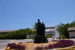 Statue on a roundabout in Isla Mujeres.jpg