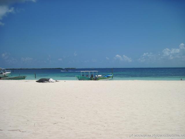 White sand and boats at the Isla Mujeres west beach.jpg